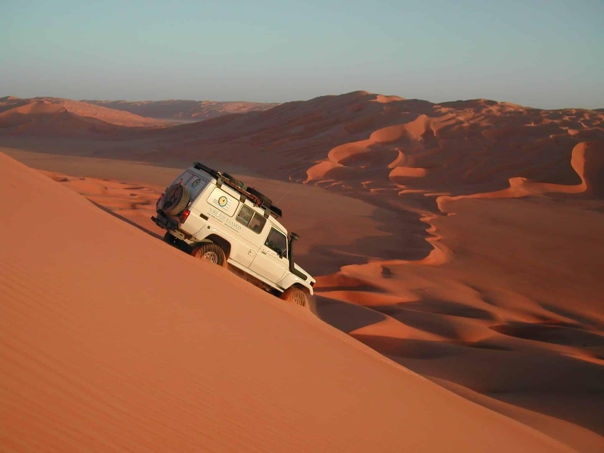 4x4 descendant une dune énorme très pentue pendant le raid Akakus en Libye, mars 2005