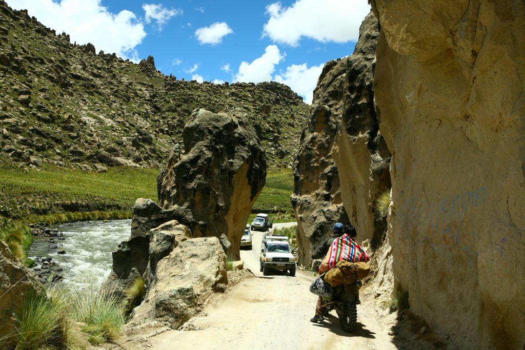 4x4 face à moto dans un defilé rocheux au Pérou pendant le raid 4x4 Giga-raid ushuaia panama en amérique du sud, février 2020