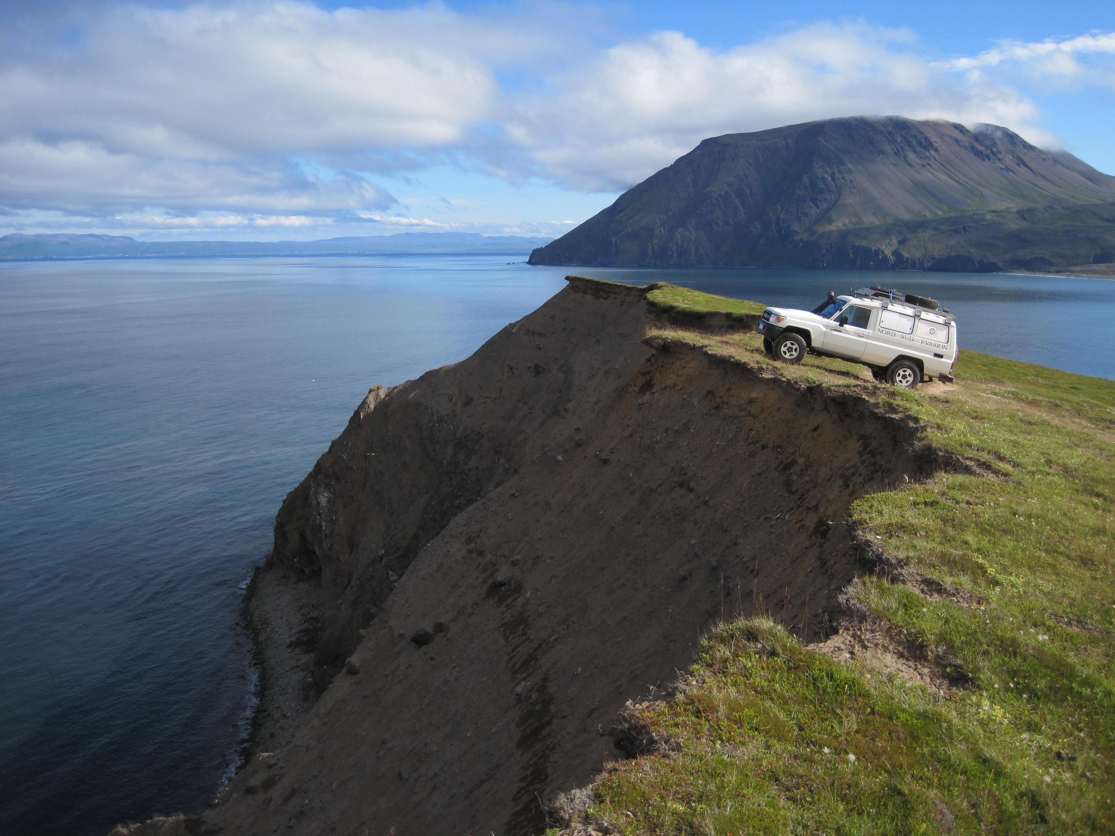 4x4 au sommet d'une falaise au bord de la mer en Islande raid 4x4 askja islande, août 2019