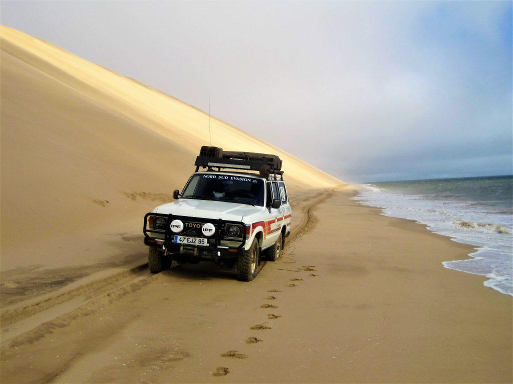 4x4 bloqué entre la dune et la mer dans death acre pendant le raid 4x4 Angola en Angola, juin 2020