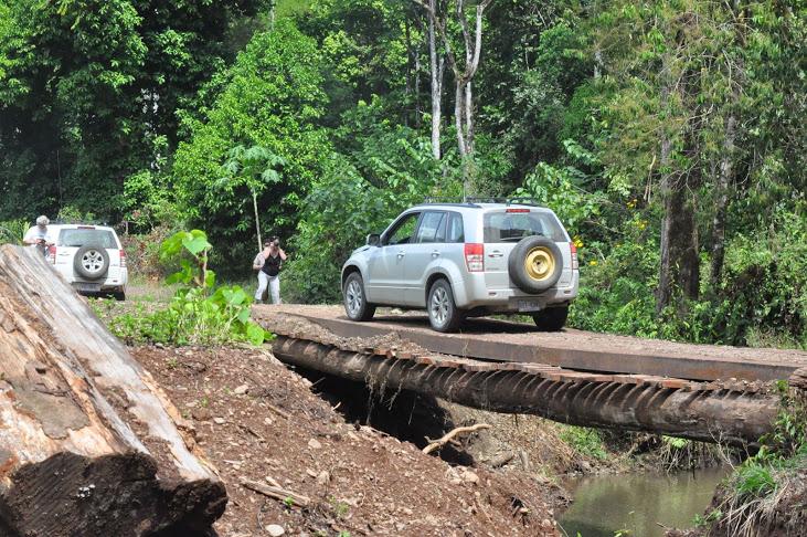 4x4 sur un pont étroit en forêt tropicale pendant le raid 4x4 Arenal Costa Rica, mars 2020