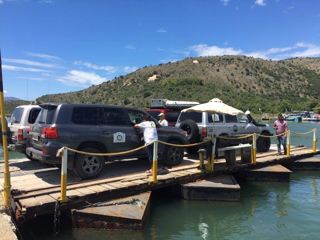 4x4 sur un pont flottant traversant une rivière pendant le raid 4x4 Athena Grèce Albanie, juillet 2020