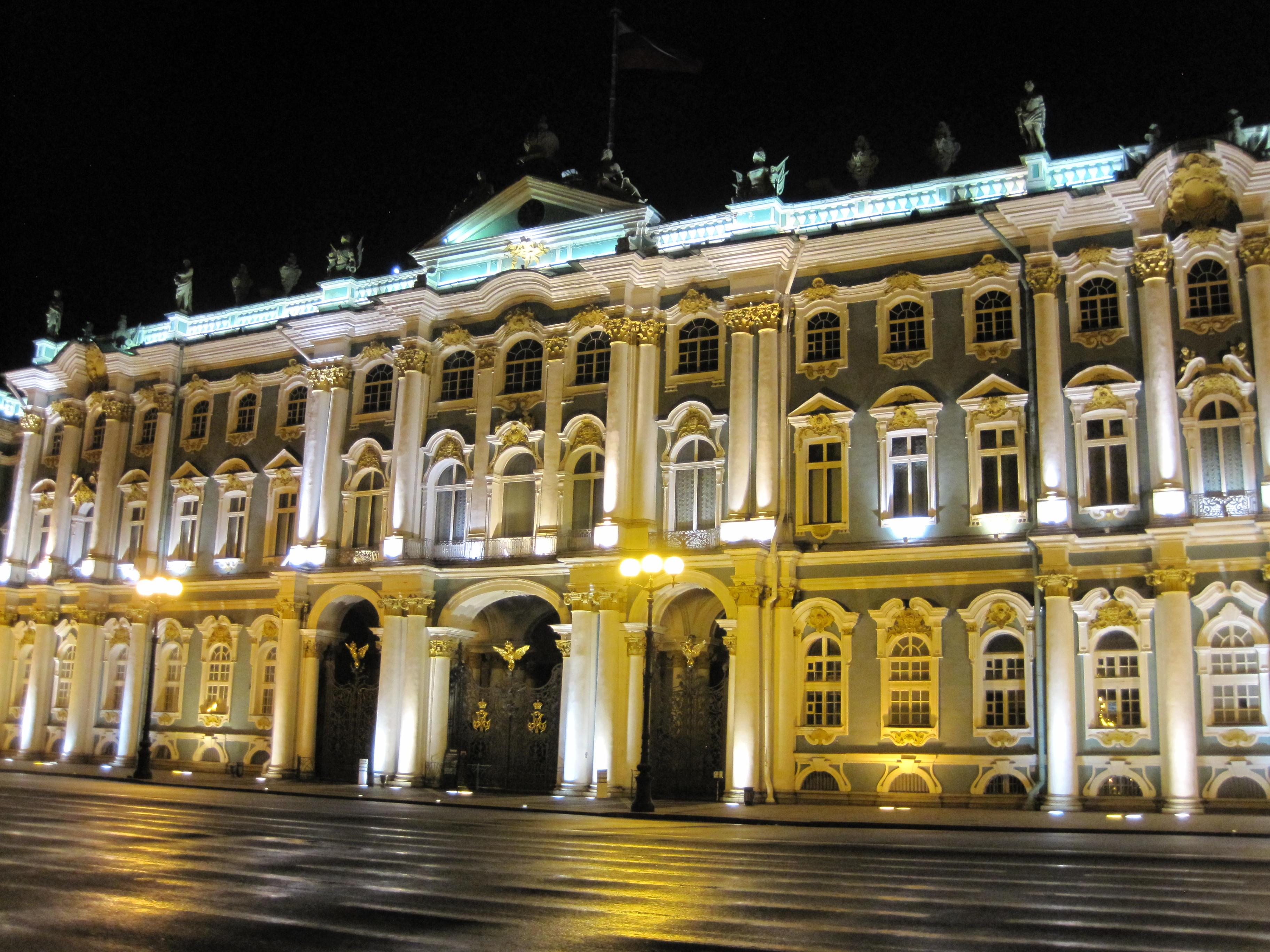 Musée de l'hermitage à St-Petersburg pendant le raid 4x4 Baltica Russie, août 2020