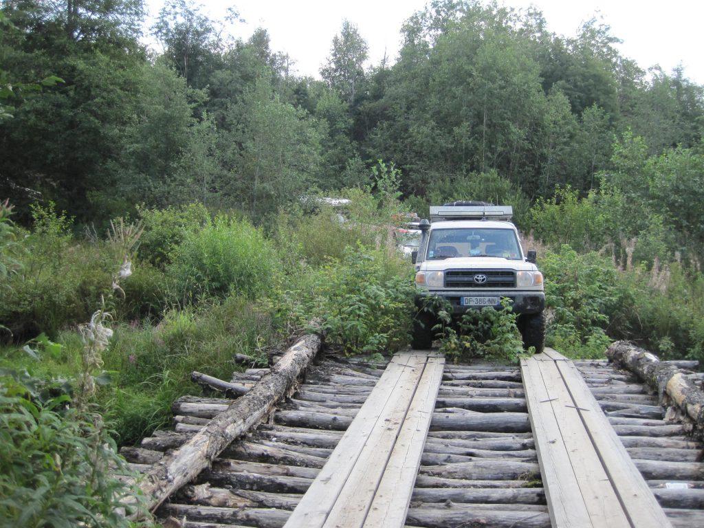 4x4 en forêt escaladant un pont rustique pendant le raid 4x4 Baltica Russie, août 2020