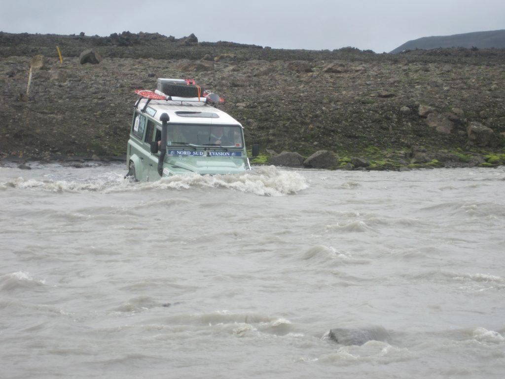4x4 land rover traversant un gué très profond pendant le raid 4x4 Hekla Islande, Mai 2020