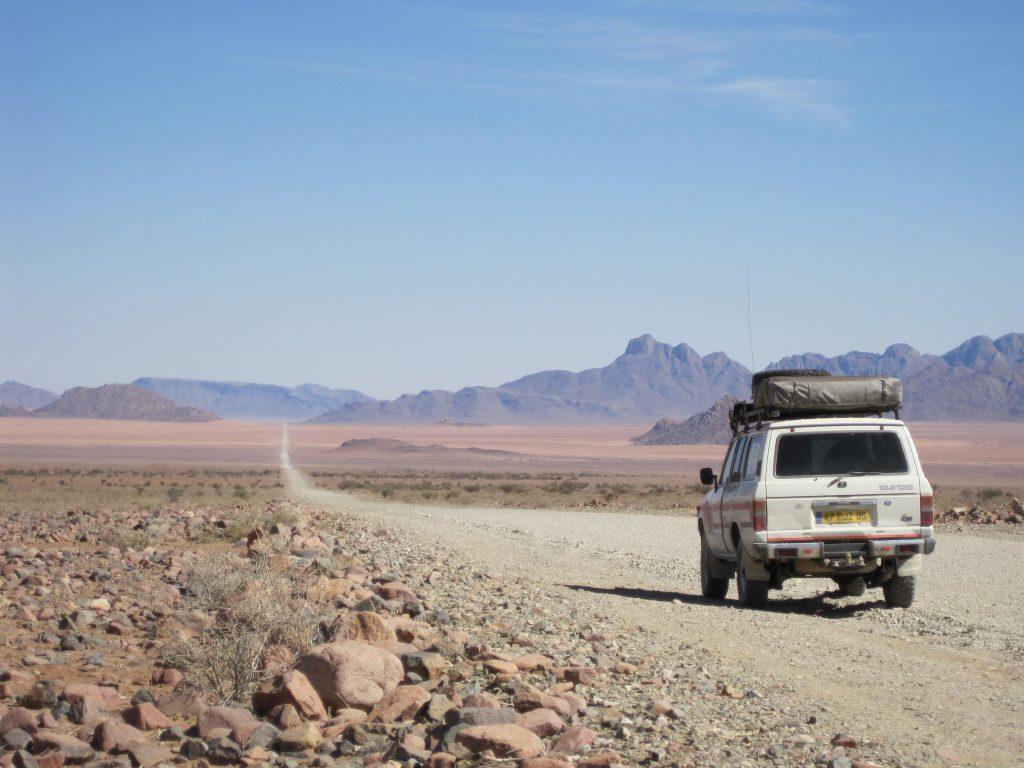 4x4 sur une immense piste dans le désert pendant le raid 4x4 Himbas Etosha Namibie, octobre 2020