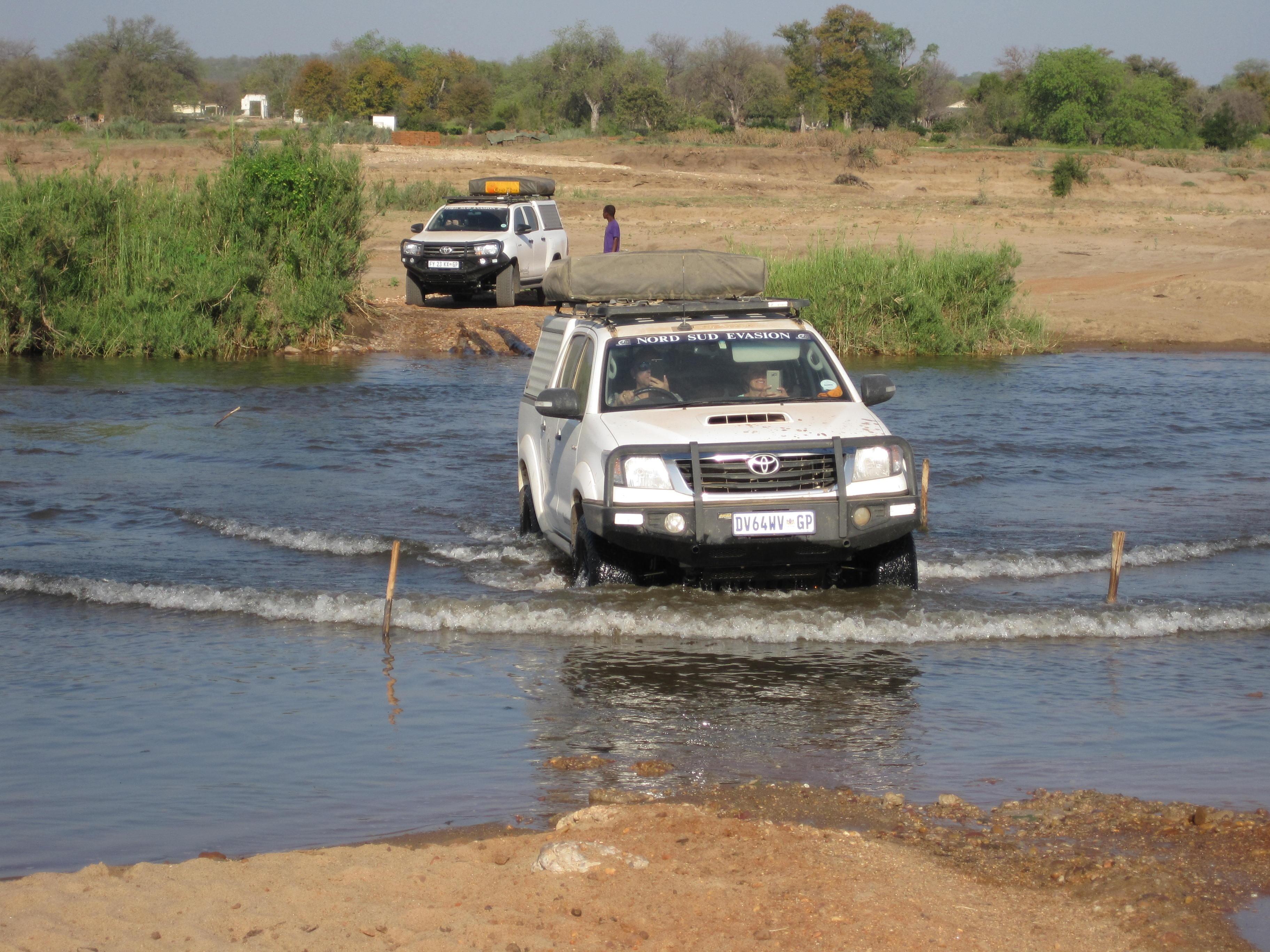 4x4 traversant la rivière Limpopo pendant le raid 4x4 Mozambica au Mozambique, octobre 2020