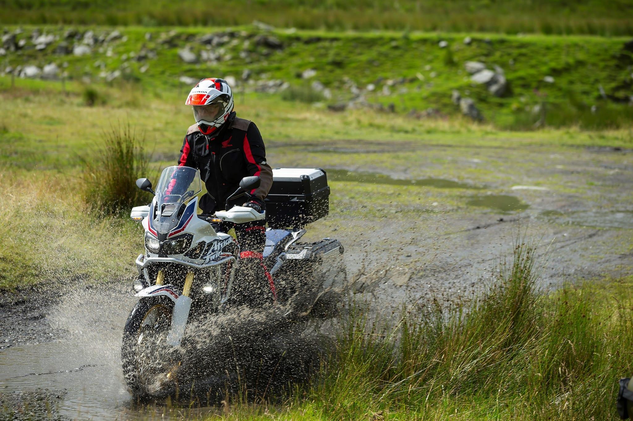 Honda Africa Twin Adventure Sports sur un chemin boueux pendant un raid moto Baltica en Russie, juillet 2021