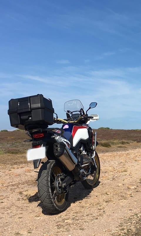 Moto maxi trail Africa Twin sur piste pendant un raid moto en off-road Europe, juin 2019