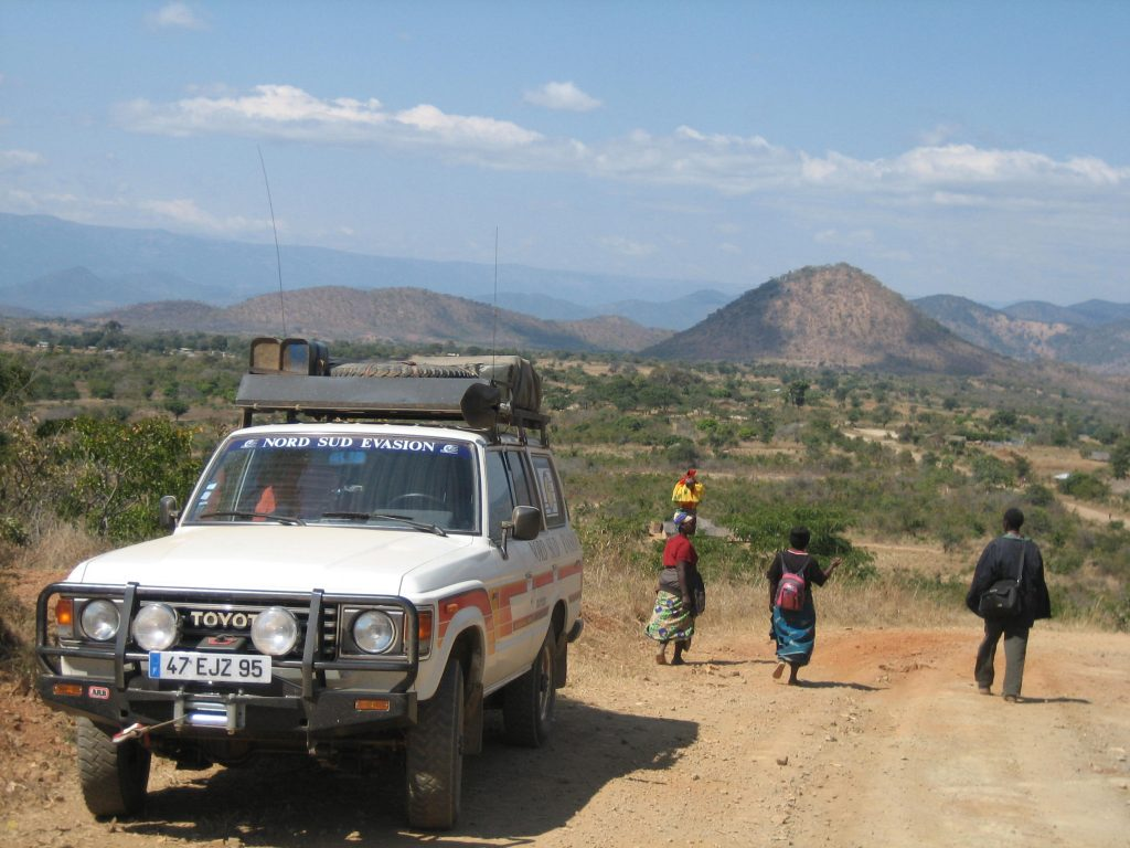 Marcheurs africains sur une piste au Malawi pendant le raid 4x4 Méga-raid Le cap Zanzibar en Afrique australe, octobre 2021